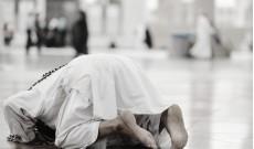 Muslim-prostrate-during-prayer.jpg